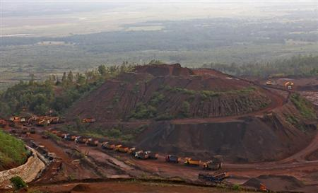 Trucks stand in a line at the Bedara Bhommanahalli (BBH) iron ore mines at Chitradurga in Karnataka November 9, 2012. REUTERS/Danish Siddiqui/Files