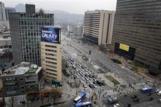 Outdoor com propaganda da Samsung no topo de uma torre comercial em Seul. A Samsung está gastando mais em marketing do que em pesquisa e desenvolvimento pela primeira vez em pelo menos três anos, o que levou alguns especialistas a alertarem que a gigante de TI está abrindo mão da inovação no momento em que o mercado está repleto de aparelhos cada vez mais inteligentes. 5/04/2013. REUTERS/Lee Jae-won