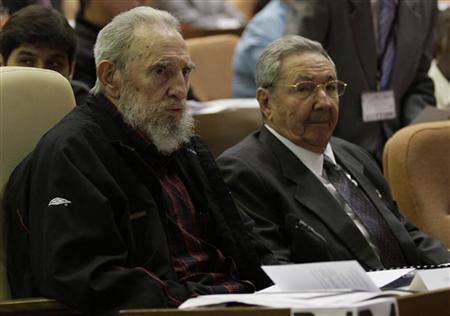 El ex líder cubano Fidel Castro (L) asiste a la sesión inaugural de la Asamblea Nacional del Poder Popular, junto a su hermano, el presidente cubano, Raúl Castro, en La Habana, 24 de febrero 2013.  REUTERS / Ismael Francisco / Cortesía de Cubadebate / Handout