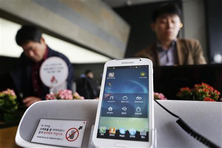 Shoppers look at Samsung smartphones in a shop in Seoul, April 5, 2013. REUTERS/Lee Jae-won