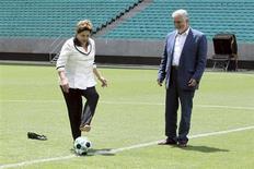 Presidente Dilma Rousseff dá o pontapé inicial da Arena Fonte Nova ao lado do governador da Bahia Jaques Wagner (PT), em Salvador. 5/04/2013. REUTERS/Manu Dias/Bahia