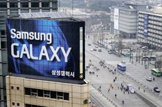Samsung a dépensé l'année dernière la somme record de 13.000 milliards de wons (8,9 milliards d'euros) en marketing, soit 1,3 milliard de dollars de plus que pour la R&D, un choix qui amène des experts à considérer que le groupe sud-coréen sacrifie l'innovation. /Photo prise le 5 avril 2013/REUTERS/Lee Jae-won