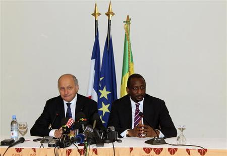 Mali's Foreign Minister Tieman Hubert Coulibaly (R) and France's Foreign Affairs Minister Laurent Fabius attend a news conference in Bamako April 5, 2013. REUTERS/Adama Diarra