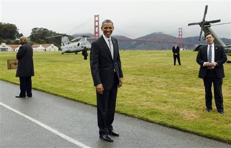 U.S. President Barack Obama (C) smiles as he prepares to board Marine One to a Democratic fund raiser in San Francisco April 4, 2013. REUTERS/Kevin Lamarque