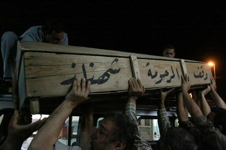 Men carry the coffin of a victim, killed in a bomb attack, during a funeral in Najaf, 160 km (100 miles) south of Baghdad, April 6, 2013. REUTERS/Haider Ala