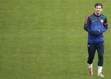 Jogador do Barcelona Lionel Messi caminha durante treinamento no estádio Parc des Princes em Paris, França. Messi está reforçando a fisioterapia e os trabalhos de recuperação neste domingo, tudo para se livrar das dores no tendão a tempo de encarar o Paris St Germain no jogo de volta das quartas de final da Liga dos Campeões da Europa, na próxima quarta-feira. 01/04/2013 REUTERS/Christian Hartmann