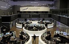 Les Bourses européennes ont débuté sur un rebond lundi, après avoir accusé leur plus forte baisse journalière de l'année vendredi, sous le coup de mauvaises statistiques de l'emploi aux Etats-Unis. À Paris, l'indice CAC 40 gagne 0,59% à 3.685,02 points vers 9h20 GMT. À Francfort, le Dax reprend 0,2% et à Londres, le FTSE avance de 0,5%. L'indice paneuropéen EuroStoxx 50 rebondit de 0,5%. /Photo d'archives/REUTERS/Remote/Pawel Kopczynski