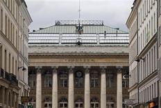 Les Bourses européennes restent orientées à la hausse lundi à mi-séance, soutenues par des rachats à bon compte après leurs pertes de vendredi. À Paris, le CAC 40 gagne 0,63% à 3.686,55 points vers 11h GMT, Francfort et Londres avancent de 0,27%, tandis que l'EuroStoxx 50 reprend 0,56%. /Photo prise le 8 février 2013/REUTERS/Charles Platiau