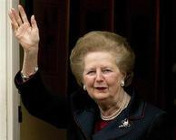 Архивное фото экс-премьера Великобритании Маргарет Тэтчер на пороге ее дома в Лондоне. 8 декабря 2005 года. Тэтчер скончалась в возрасте 87 лет в результате инсульта, сообщил в понедельник представитель семьи. REUTERS/Kieran Doherty/Files