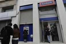 L'Etat grec risque de devoir nationaliser deux des principales banques du pays, Eurobank et National Bank (NBG), celles-ci ayant suspendu leur projet de rapprochement faute d'avoir trouvé les capitaux privés nécessaires. /Photo prise le 8 avril 2013/REUTERS/John Kolesidis