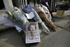 """Devant le domicile londonien de Margaret Thatcher. La """"Dame de fer"""", qui mena les Conservateurs britanniques à la victoire en mai 1979 et resta Premier ministre pendant onze ans, est décédée lundi. Elle était âgée de 87 ans. /Photo prise le 8 avril 2013/REUTERS/Suzanne Plunkett"""
