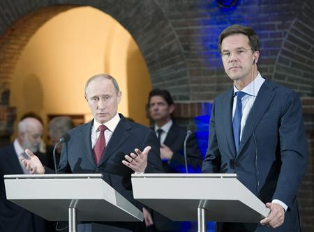 Russian President Vladimir Putin and Dutch Prime Minister Mark Rutte (R) speak at a news conference after signing the Memorandum of Understanding in the Maritime Museum in Amsterdam, April 8, 2013. REUTERS/Paul Vreeker/United Photos (NETHERLANDS - Tags: POLITICS)