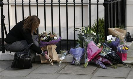 Member of the European Parliament, Nikki Sinclair, places a floral tribute outside the home of former British prime minister Margaret Thatcher after her death was announced in London April 8, 2013. REUTERS-Suzanne Plunkett