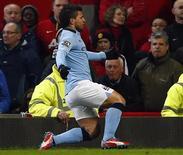 O argentino Sergio Aguero celebra gol do Manchester City contra o Manchester United nesta segunda-feira. REUTERS/Darren Staples