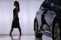 Женщина проходит мимо автомобиля, представленного на выставке в Москве, 23 ноября 2007 года. Продажи легковых и легких коммерческих автомобилей в РФ выросли в первом квартале 2013 года меньше чем на 1 процент до 616.770 штук, что может быть следствием затянувшейся зимы, сообщила в понедельник Ассоциация европейского бизнеса (АЕБ). REUTERS/Thomas Peter