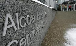 Люди выходят из бизнес-центра Alcoa в Питтцбурге (США), 13 февраля 2007 года. Крупнейший в США производитель алюминия Alcoa Inc увеличил прибыль в первом квартале, но выручка оказалась ниже прогнозов. REUTERS/Jason Cohn