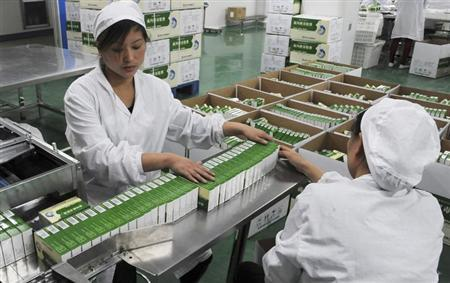 Workers pack Chinese patent capsules, the medicine which tops the list of a Diagnosis and treatment scheme for human contracted H7N9 virus released by Chinese government earlier, in Bozhou, Anhui province, April 8, 2013. REUTERS/China Daily