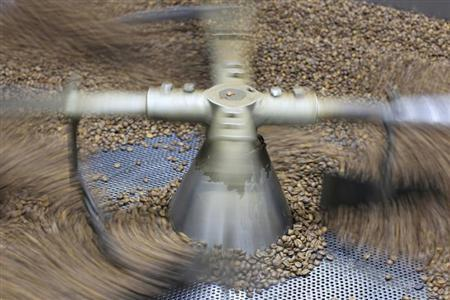 Coffee beans are seen in a roaster at the La Majada coffee farm in Ahuachapan January 10, 2013. REUTERS/Ulises Rodriguez