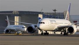 Les Boeing 787 Dreamliner de la compagnie américaine United Airlines reprendront du service dès le 31 mai, cinq jours plus tôt que prévu, la filiale de United Continental Holdings témoignant ainsi de sa confiance dans le feu vert des autorités américaines à la reprise de l'exploitation de ces avions cloués au sol depuis la mi-janvier. /Photo prise le 17 janvier 2013/REUTERS/Toru Hanai