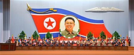 Północ urzędnicy Koreański uczestniczyć krajowe spotkanie z okazji 20. rocznicy wyborów zmarłego przywódcy Kim Dzong Ila na przewodniczącego Narodowej Korei Północnej Obrony w 25-April House Kultury w Pyongyang 08 kwietnia 2013, w tym zdjęciu, wykonanym i wydany przez Oficjalna agencja Północy KCNA wiadomości w poniedziałek. REUTERS / KCNA