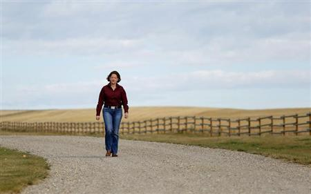 Alberta Premier Alison Redford arrives to discuss the E. coli outbreak with cattle ranchers at the Bell L ranch near Airdrie, Alberta, September 30, 2012. REUTERS/Todd Korol