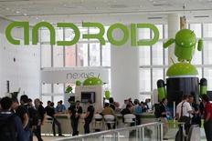 Conférence Google à San Francisco. Des sociétés high tech, au nombre desquelles Microsoft et Nokia, pressent la Commission européenne d'agir contre Google, qu'elles accusent d'entraver la concurrence dans la téléphonie mobile. /Photo prise le 28 juin 2012/REUTERS/Stephen Lam