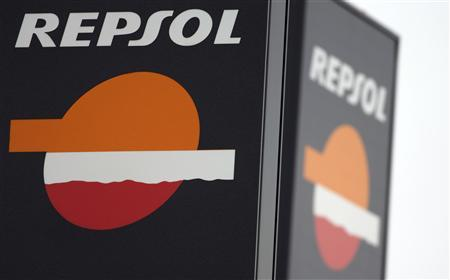The logo of Spanish oil major Repsol is seen outside a petrol station in Madrid February 28, 2013. REUTERS/Sergio Perez