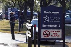 Помощник шерифа охраняет въезд в кампус колледжа Lone Star College в Хьюстоне, штат Техас, 22 января 2013 года. Студент техасского колледжа, позже рассказавший, что с детства мечтал зарезать человека, устроил резню на территории учебного корпуса в Хьюстоне, ранив как минимум 14 человек, двое из которых находятся в критическом состоянии. REUTERS/Richard Carson
