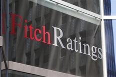 """Логотип Fitch Ratings на здании офиса компании в Нью-Йорке, 7 мая 2010 года. Рейтинговое агентство Fitch во вторник сократило кредитный рейтинг Китая в местной валюте до """"А-плюс"""" с """"АА-минус"""" со стабильным прогнозом, указав на финансовые риски быстрого расширения кредитования наряду с ростом теневой банковской активности. REUTERS/Jessica Rinaldi"""
