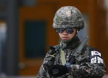 Южнокорейский солдат стоит на посту в промышленном регионе Кэсон в КНДР, 10 апреля 2013 года. Южная Корея попросила Китай, единственного крупного союзника Северной Кореи, приструнить государство-изгой и повысила бдительность после того, как КНДР привела по меньшей мере одну ракету дальнего радиуса действия в готовность к запуску. REUTERS/Kim Hong-Ji