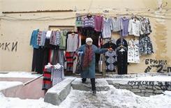 Женщина выходит из магазина в Апраксином дворе в Санкт-Петербурге, 20 февраля 2013 года. Настроения потребителей в России ухудшились за последние два месяца из-за обеспокоенности по поводу устойчиво высокой инфляции, свидетельствуют данные опроса Сбербанка. REUTERS/Alexander Demianchuk