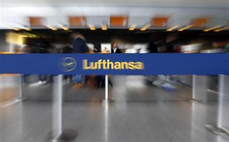 Passengers queue at check-in desks of German air carrier Lufthansa at the airline's main hub, the Fraport airport in Frankfurt, March 11 2013. REUTERS/Kai Pfaffenbach