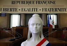François Hollande a dévoilé son plan pour moraliser la vie politique française, qui inclut la création d'un office central de lutte contre la fraude et d'un parquet financier dédié aux affaires de corruption et de grande fraude fiscale. /Photo d'archives/REUTERS/Eric Gaillard