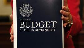 La Maison Blanche a proposé mercredi un budget 2014 qui prévoit de réduire fortement le déficit en l'espace de trois ans en augmentant la fiscalité des classes les plus aisées. Cette hausse des impôts couplée aux coupes budgétaires doit ramener le déficit budgétaire à 2,8% du PIB en 2016. /Photo prise le 10 avril 2013/ REUTERS/Kevin Lamarque