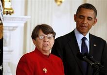 Mary Jo White avec Barack Obama lors de l'annonce de sa nomination à la tête de la SEC, le gendarme de la Bourse américaine, en janvier 2013. L'ancien procureur fédéral commence officiellement son mandat ce mercredi. /Photo prise le 24 janvier 2013/REUTERS/Larry Downing