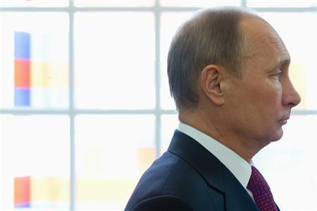 Russian President Vladimir Putin listens to a speech during a tour of the Amsterdam Hermitage Museum April 8, 2013. REUTERS/Peter Dejong/ Pool