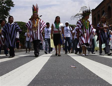 Indigenous people march in support of peace talks between the Colombian government and the Revolutionary Armed Forces of Colombia (FARC) rebel group in Havana, Medellin, April 8, 2013. REUTERS/Albeiro Lopera