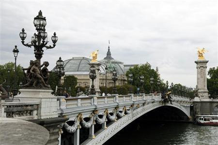 View of the Pont Alexandre III bridge on the Seine River and the Grand Palais exhibition hall in Paris August 26, 2010. REUTERS/Jacky Naegelen