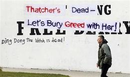 "Graffitis hostiles à Margaret Thatcher à Londonderry, en Irlande du Nord. Le décès de Margaret Thatcher a remis au goût du jour la chanson ""Ding Dong! The Witch Is Dead"" (Ding Dong! La sorcière est morte), extraite de la bande originale du film ""Le magicien d'Oz"", qui date de 1939. /Photo prise le 9 avril 2013/REUTERS/Cathal McNaughton"