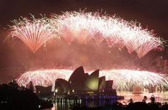 """Feu d'artifice du Nouvel An à Sydney. Plus de 40.000 candidats du monde entier ont postulé à l'édition 2013 du """"meilleur boulot du monde"""", une compétition organisée par l'office australien du tourisme qui propose cette année six emplois, dont celui de de """"chief funster"""" qui permettra à son lauréat de participer aux soirées les plus prisées de Sydney et à l'organisation de festivals, dont ce célèbre feu d'artifice. /Photo d'archives/REUTERS/Daniel Munoz"""