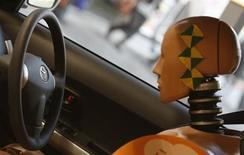 Манекен для аварийных испытаний в автомобиле Toyota во время демонстрации нового сидения в шоу-руме компании в Токио 3 февраля 2010 года. Четыре японских автопроизводителя отзывают 3,4 миллиона автомобилей по всему миру в результате дефекта механизма подушек безопасности. REUTERS/Kim Kyung-Hoon