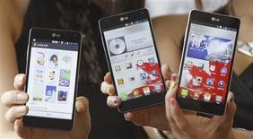 LG Electronics est devenu le troisième fabricant de smartphones en valeur au niveau mondial, derrière Apple et Samsung Electronics au quatrième trimestre, selon des données diffusées par le cabinet d'études Strategy Analytics. /Photo prise le 18 septembre 2012/REUTERS/Lee Jae-Won