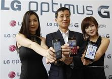 """Presidente da LG, Park Jong-seok, posa ao lado de modelos com os novos smartphones """"Optimus G"""", fabricados pela LG, em Seul. A LG passou a ser a terceira maior fabricante de smartphones no mundo, atrás de Apple e Samsung, pela primeira vez em um mercado de 223 bilhões dólares, mostraram dados da indústria, após vendas sólidas de modelos mais sofisticados ajudarem a empresa a conquistar consumidores. 18/09/2012. REUTERS/Lee Jae-Won"""