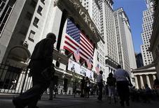 Wall Street a ouvert en très légère baisse jeudi, malgré la publication de données relatives au marché du travail meilleures que prévu, le Dow Jones et le S&P 500 devant ainsi attendre un peu avant d'enchaîner de nouveaux records après ceux inscrits la veille. Quelques minutes après le début des échanges, le Dow Jones perdait 0,03%, le S&P 500 reculait de 0,06% et le Nasdaq Composite cédait 0,29%. /Photo d'archives/REUTERS/Jessica Rinaldi