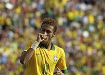 Neymar comemora gol contra a Bolívia durante amistoso no estádio Ramon Tauchi Aguilera, em Santa Cruz. O Brasil caiu para sua nova pior colocação na história do ranking da Fifa, o 19º lugar, nesta quinta-feira, enquanto o Equador ingressou nos 10 primeiros lugares pela primeira vez. 06/04/2013 REUTERS/ David Mercado