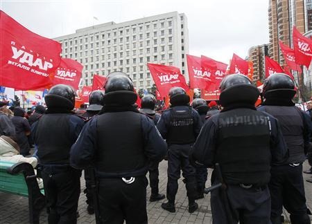 Police stand guard during a rally in front of Ukraine's central electoral commission in Kiev November 6, 2012. REUTERS/Gleb Garanich