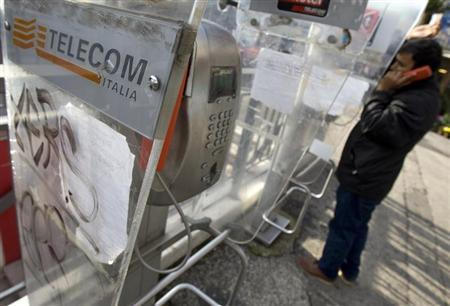 A Telecom Italia phone booth is seen in Rome December 3, 2008. REUTERS/Chris Helgren