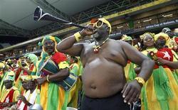 Torcedor de Burkina Fasso sopra vuvuzela durante partida contra o Togo pelas quartas-de-final da Copa das Nações da África, no estádio Mbombela, em Nelspruit, na África do Sul. 3/02/2013. REUTERS/Thomas Mukoya