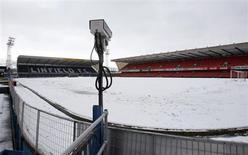 """Заснеженное поле стадиона """"Уиндзор Парк"""" в Белфасте 23 марта 2013 года. Сборная России сыграет с Северной Ирландией в рамках отборочного турнира к чемпионату мира 2014 года 14 августа, сообщил в пятницу ФИФА. REUTERS/Cathal McNaughton"""