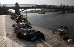 Люди отдыхают на берегу Москва-реки в Парьке Горького, 8 октября 2011 года. Наступающие выходные в Москве будут теплыми, прогнозируют синоптики. REUTERS/Sergei Karpukhin